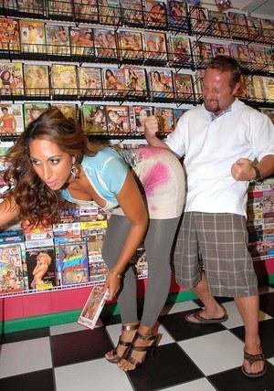 Покупательницу в крупной жопой ебут в магазине