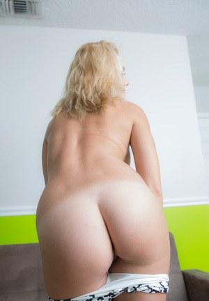 Голая попа тридцатилетней блондинки
