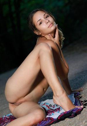 Спортивная попа Эмми в обтягивающих лосинах
