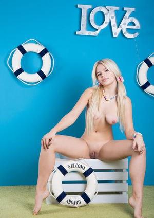 Молодая попка блондинке в юбке